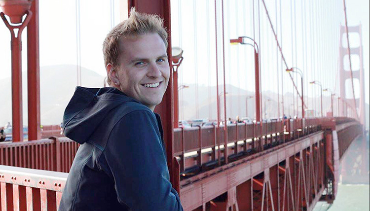 Gonzaga Alumni Zachary Oxford-Romeike stands with the iconic golden gate bridge in the background.