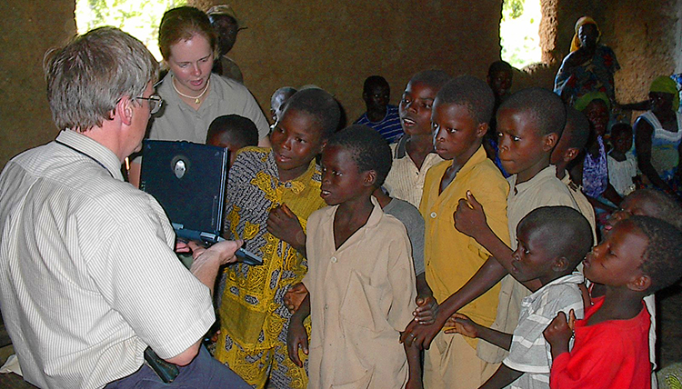 Silliman shows laptop to Benin children
