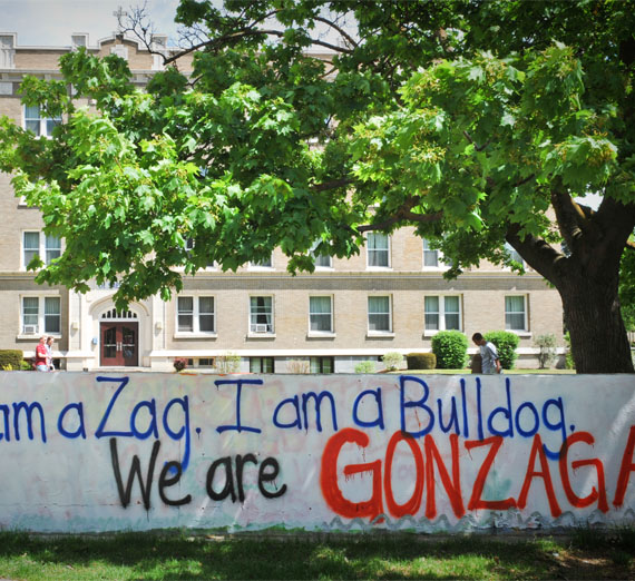 sign on campus that says 'i am a zag. i am a bulldog. we are gonzaga.'