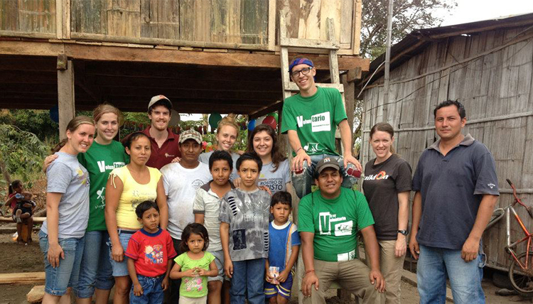 group of Ecuadorian residents with Gonzaga staff member Darcy Phillips