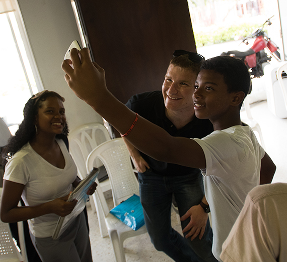 Gonzaga student takes selfie with Colombian student