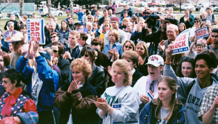 crowd gathers to celebrate 1999 basketball victory